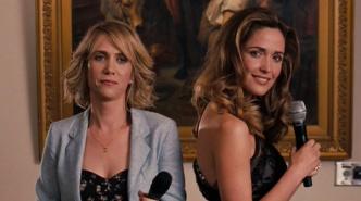 bridesmaids-kristen-wiig-rose-byrne-dueling-toasts-singing-microphone