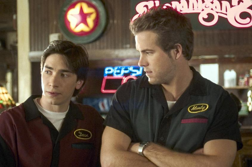 ryan-reynolds-and-justin-long-in-waiting-2005