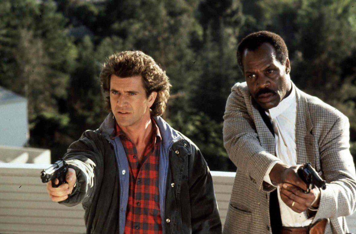 Lethal Weapon Ii (1989) Mel Gibson, Danny Glover Die Polizisten Martin Riggs (Mel Gibson,l) und Roger Murtaugh (Danny Glover) zielen nicht immer in dieselbe Richtung ... Regie: Richard Donner ,