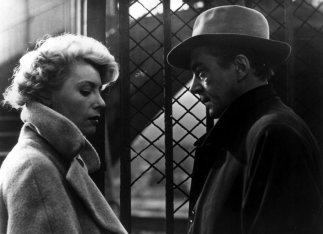 rififi-1955-001-woman-man-talking-gate-00m-qzj